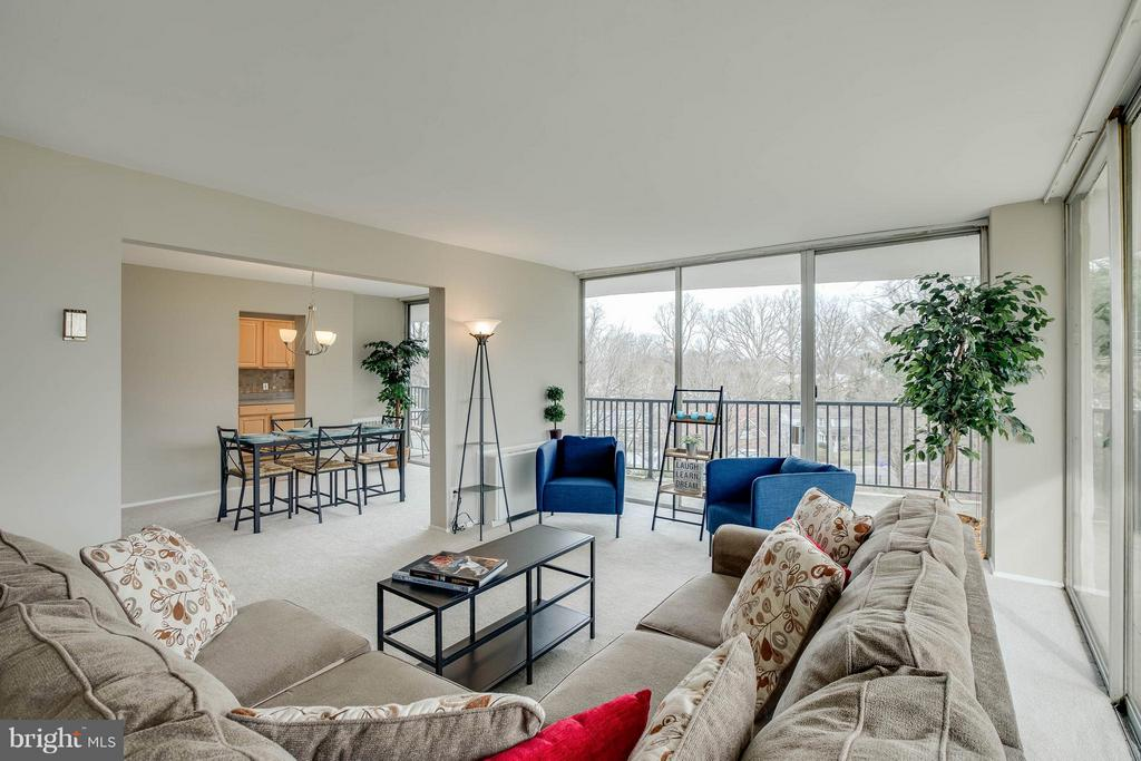 Open, inviting Living/dining space. - 3333 W UNIVERSITY BLVD #511, KENSINGTON
