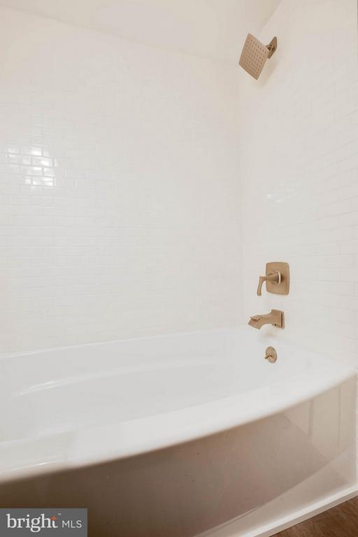 Master Bath shower/tub, beautiful tile surround. - 3333 W UNIVERSITY BLVD #511, KENSINGTON