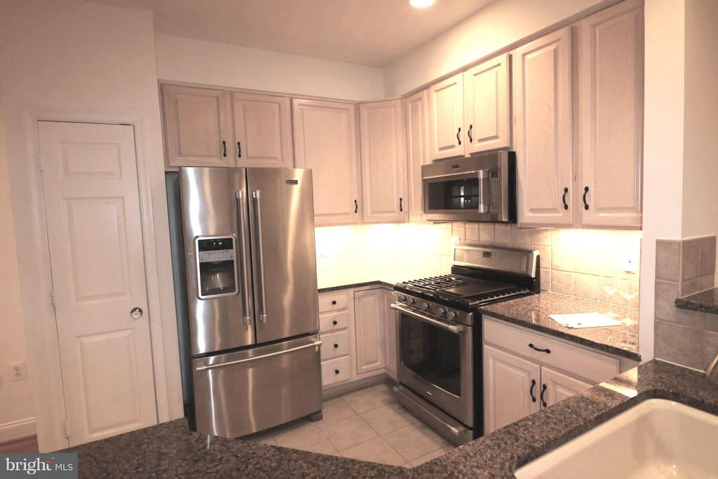 New quality stainless appliances! - 10328 SAGER AVE #113, FAIRFAX
