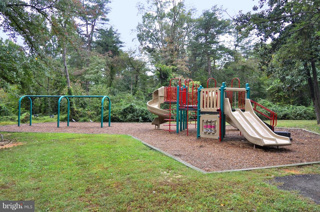 Short walk to playgrounds - 10328 SAGER AVE #113, FAIRFAX