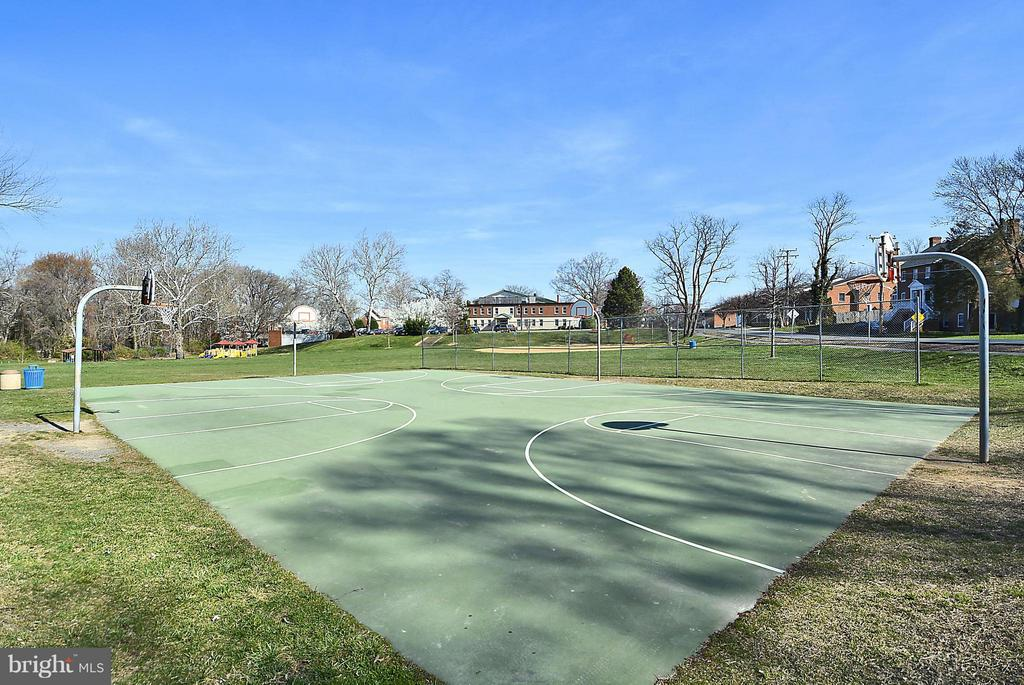 FIelsda, basket ball and more - 10328 SAGER AVE #113, FAIRFAX