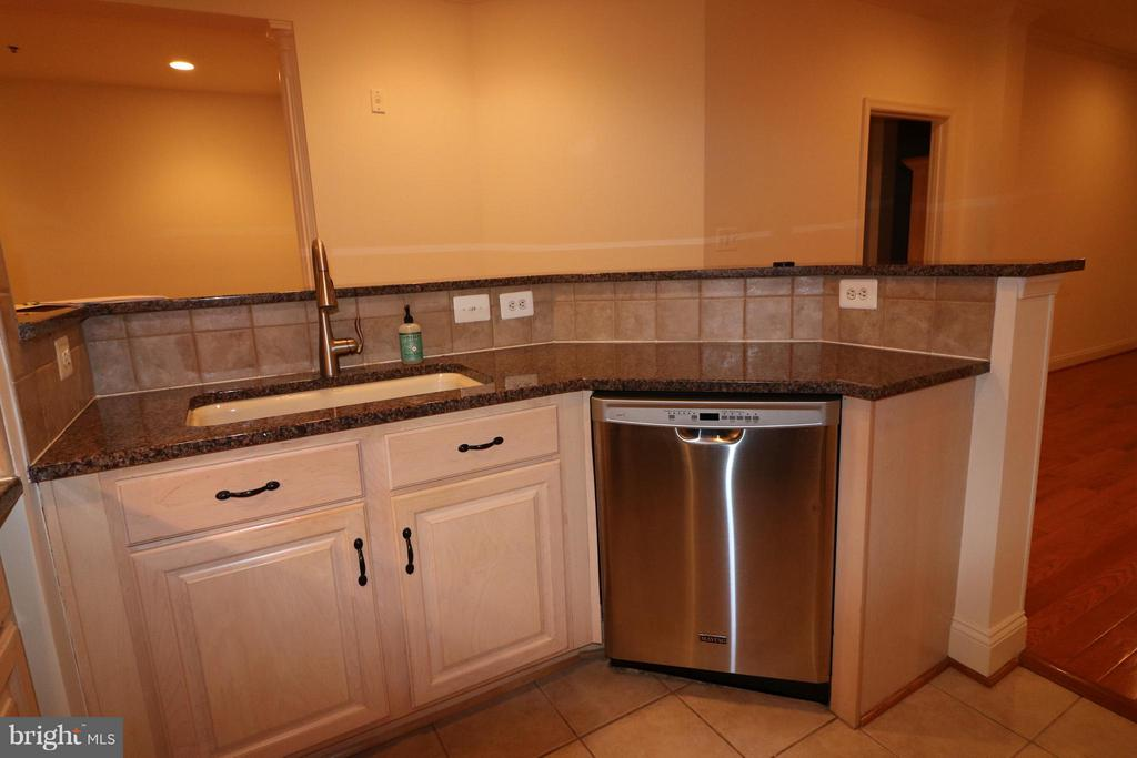 plenty of counter space plus breakfast bar - 10328 SAGER AVE #113, FAIRFAX