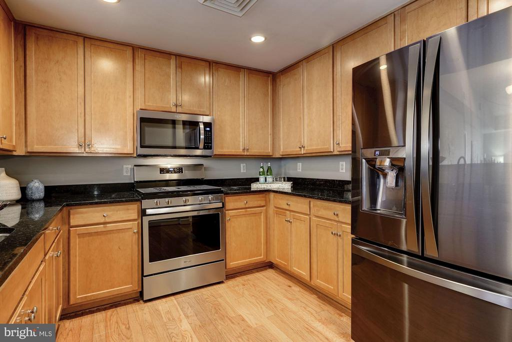 A large kitchen provides ample storage & counters - 1000 N RANDOLPH ST #305, ARLINGTON