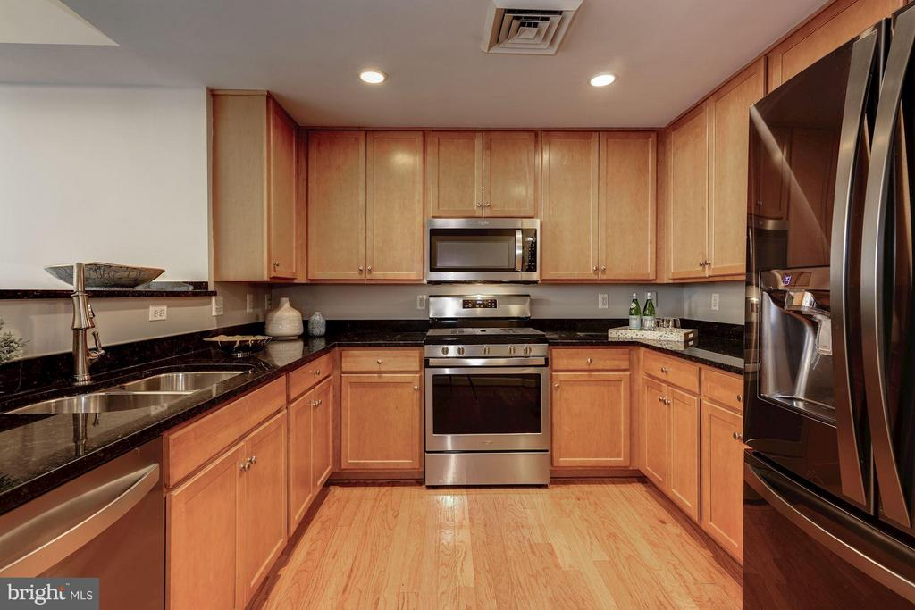Open kitchen perfect for entertaining - 1000 N RANDOLPH ST #305, ARLINGTON
