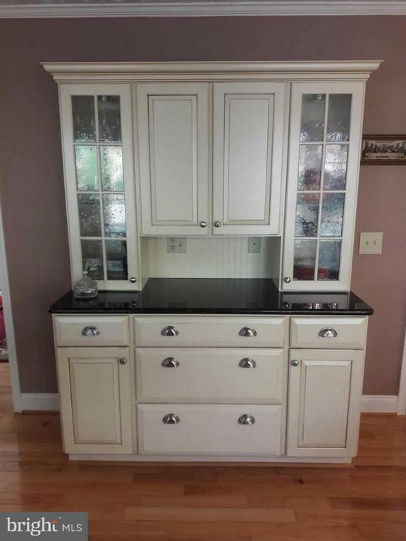 Built-in china display matches kitchen cabinets - 14789 STATLER DR, WOODBRIDGE