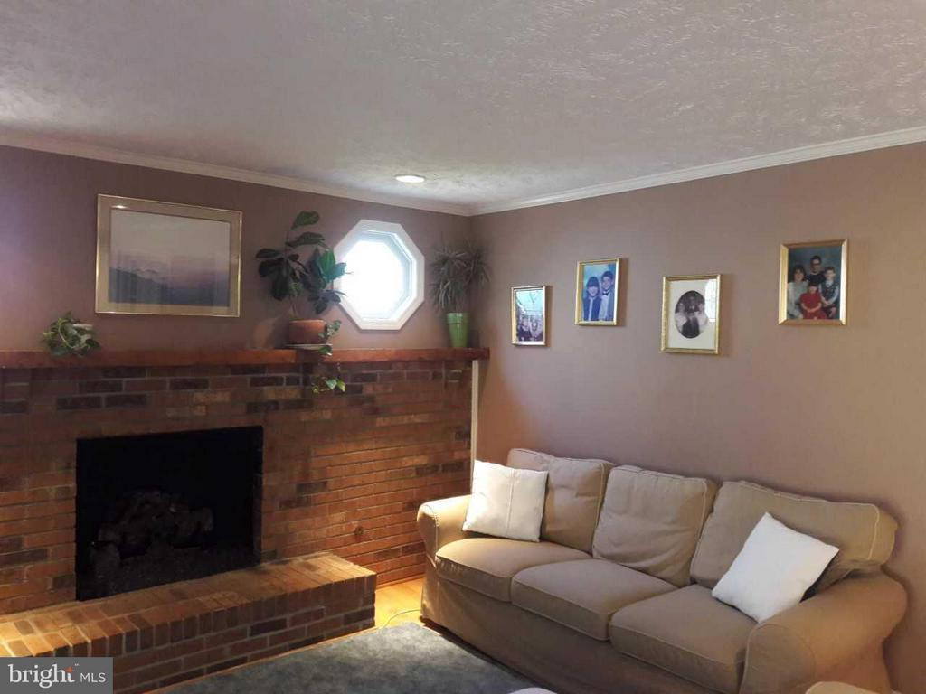Family room open to kitchen with gas fireplace - 14789 STATLER DR, WOODBRIDGE