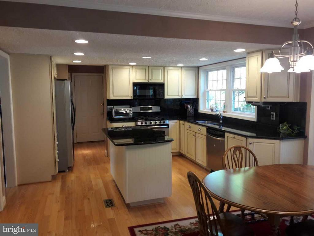 Open kitchen adjoins breakfast nook and rec room - 14789 STATLER DR, WOODBRIDGE