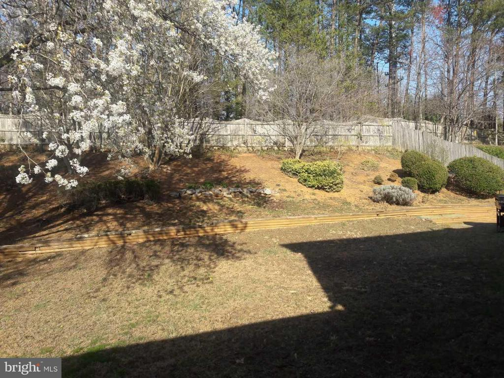 Sunny backyard planting area backs to trees - 14789 STATLER DR, WOODBRIDGE
