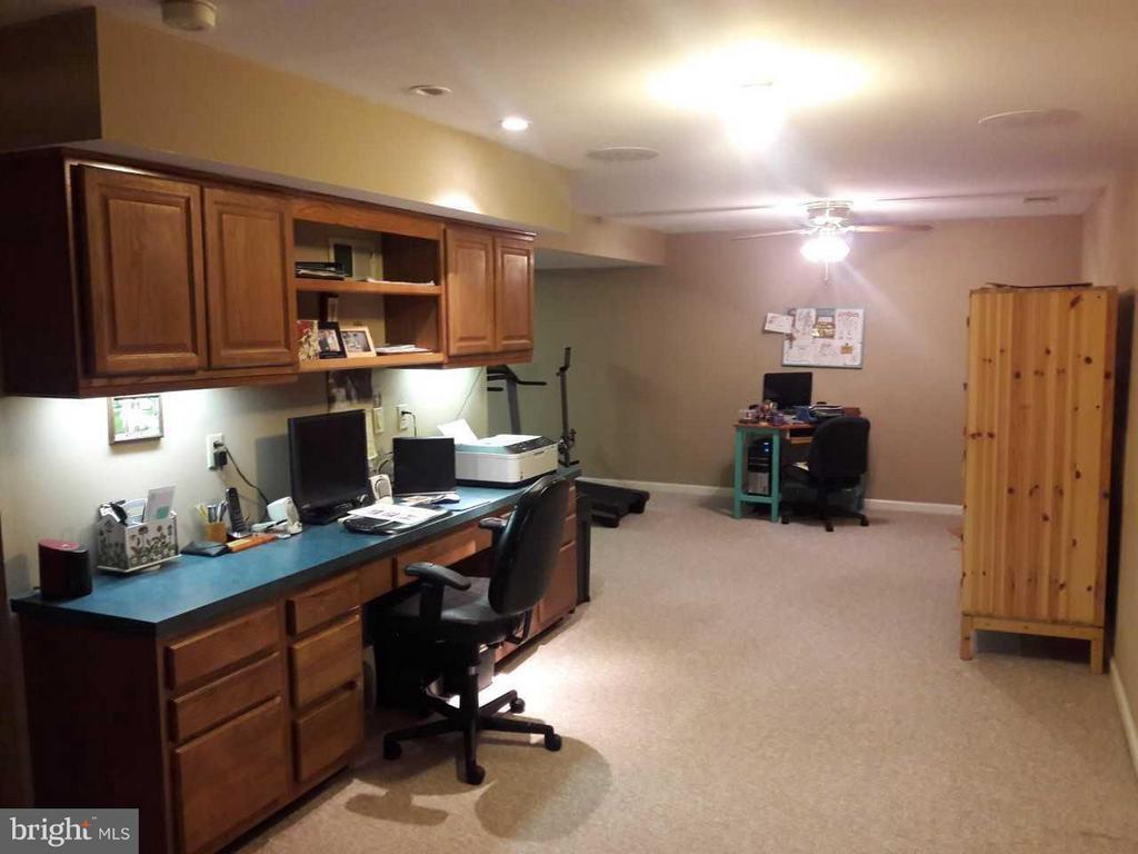 Light-filled basement   Built-in  office stays - 14789 STATLER DR, WOODBRIDGE