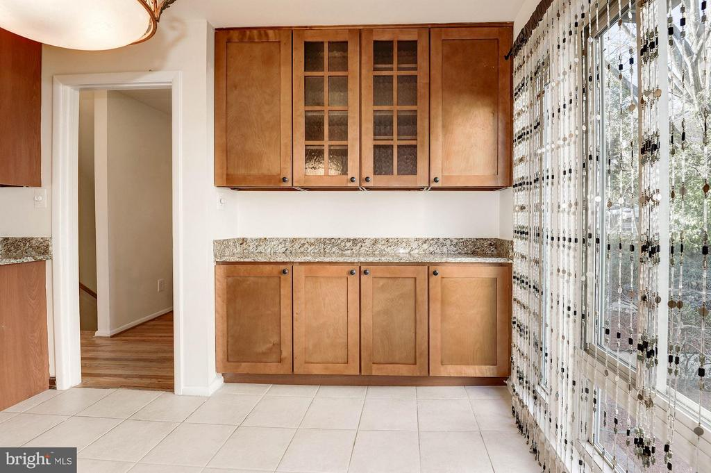 Lots of extra cabinet and counter space - 2025 CHADDS FORD DR, RESTON