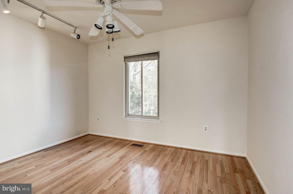2nd bedroom with beautiful hardwoods - 2025 CHADDS FORD DR, RESTON