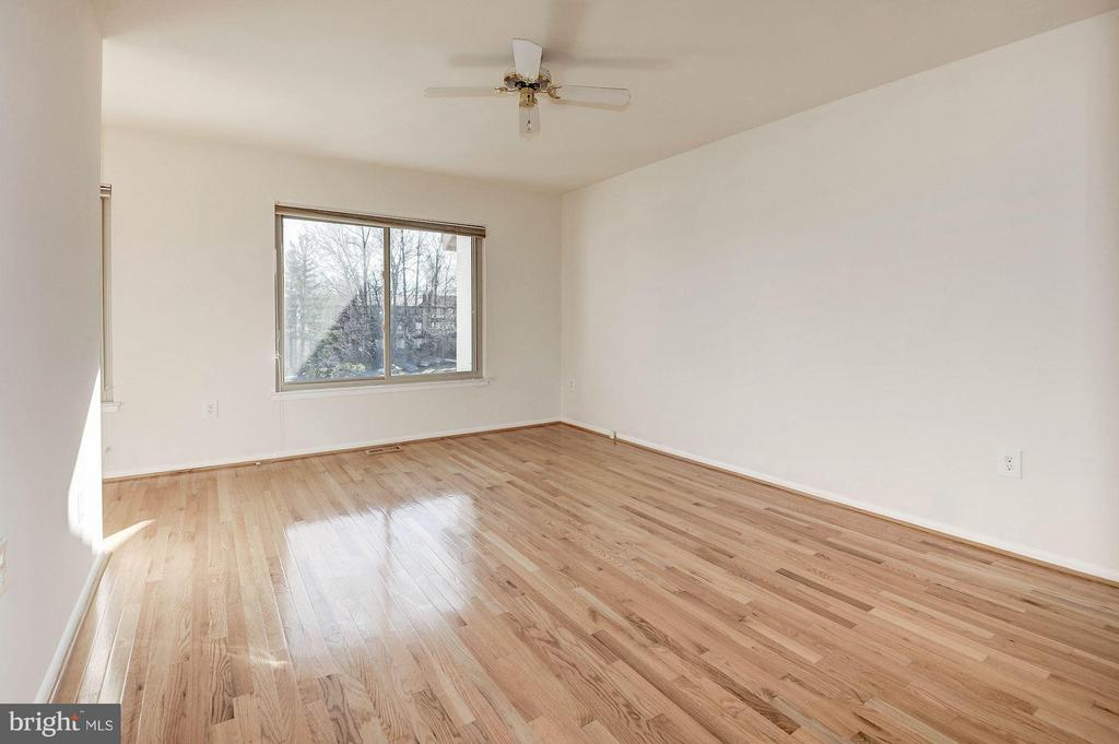 Spacious master bedroom - 2025 CHADDS FORD DR, RESTON