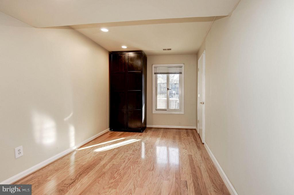 4th bedroom in lower level - 2025 CHADDS FORD DR, RESTON