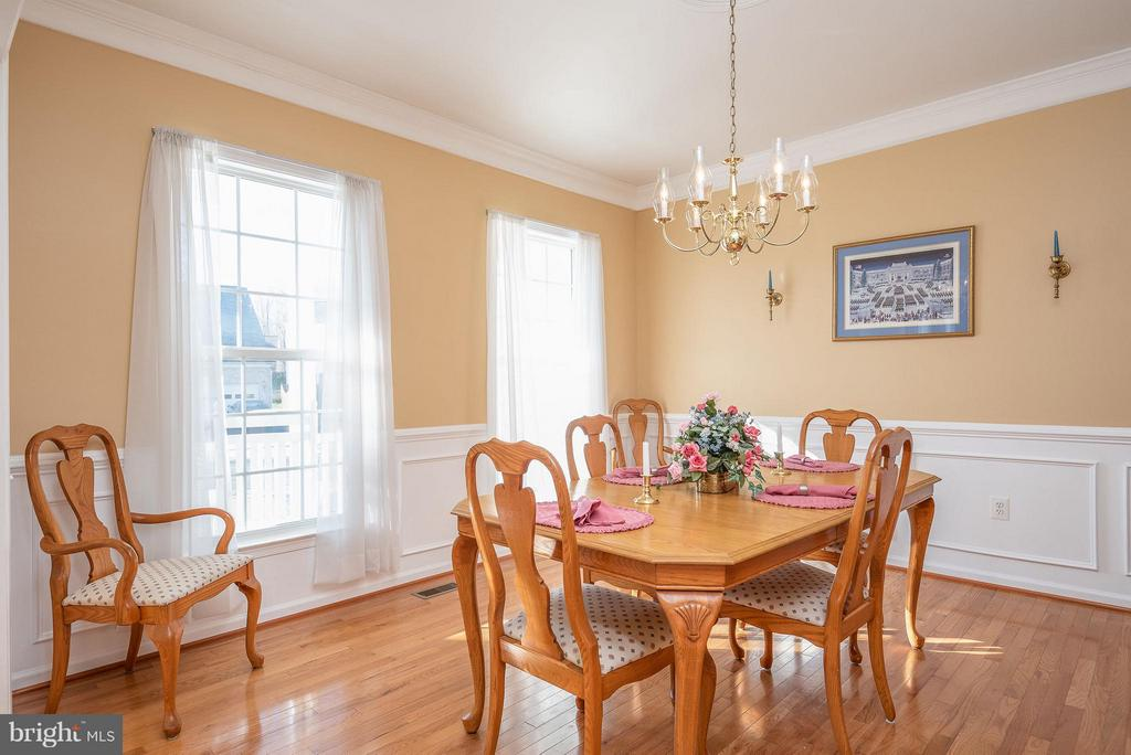 Spacious dinning with crown molding & wainscoting - 9 SAINT CLAIRES CT, STAFFORD