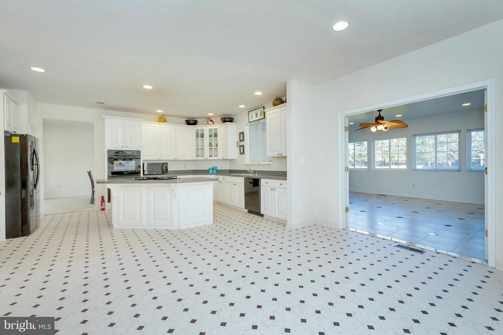 Large eat-in kitchen, gas cook top, double ovens - 110 HUNTON DR, FREDERICKSBURG
