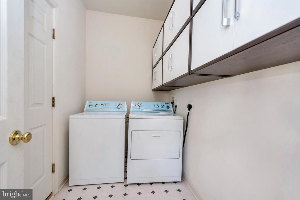 Laundry room with cabinets - 110 HUNTON DR, FREDERICKSBURG