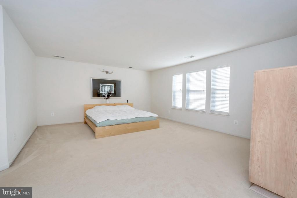 Large master bedroom - 110 HUNTON DR, FREDERICKSBURG