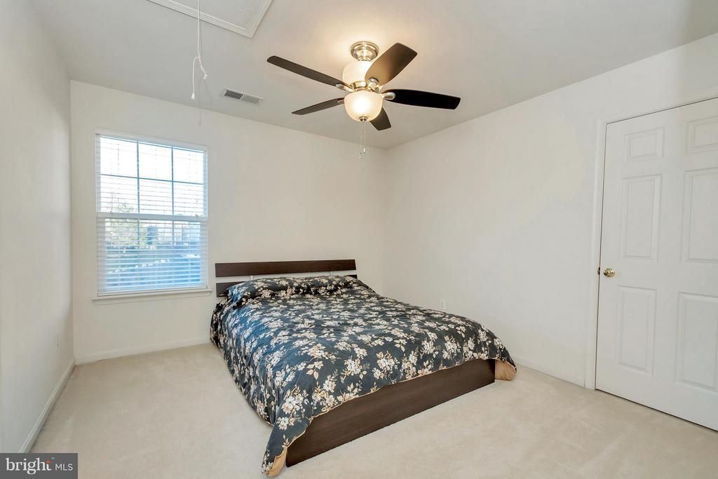 Bedroom with it's own full bathroom! - 110 HUNTON DR, FREDERICKSBURG
