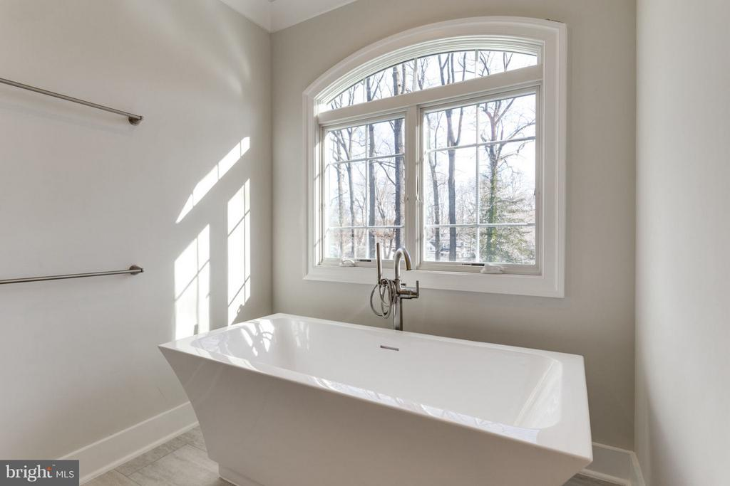 MASTER-BATH SOAKING TUB - 1214 KELLEY ST SW, VIENNA