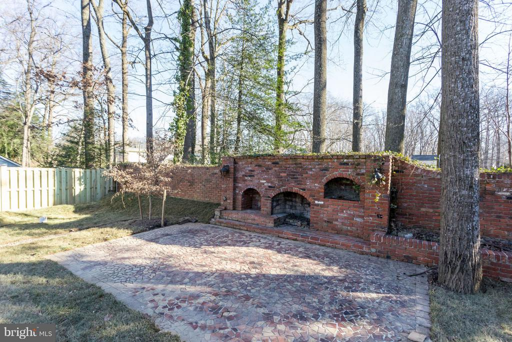 BACK YARD W/ BRICK FIREPLACE - 1214 KELLEY ST SW, VIENNA