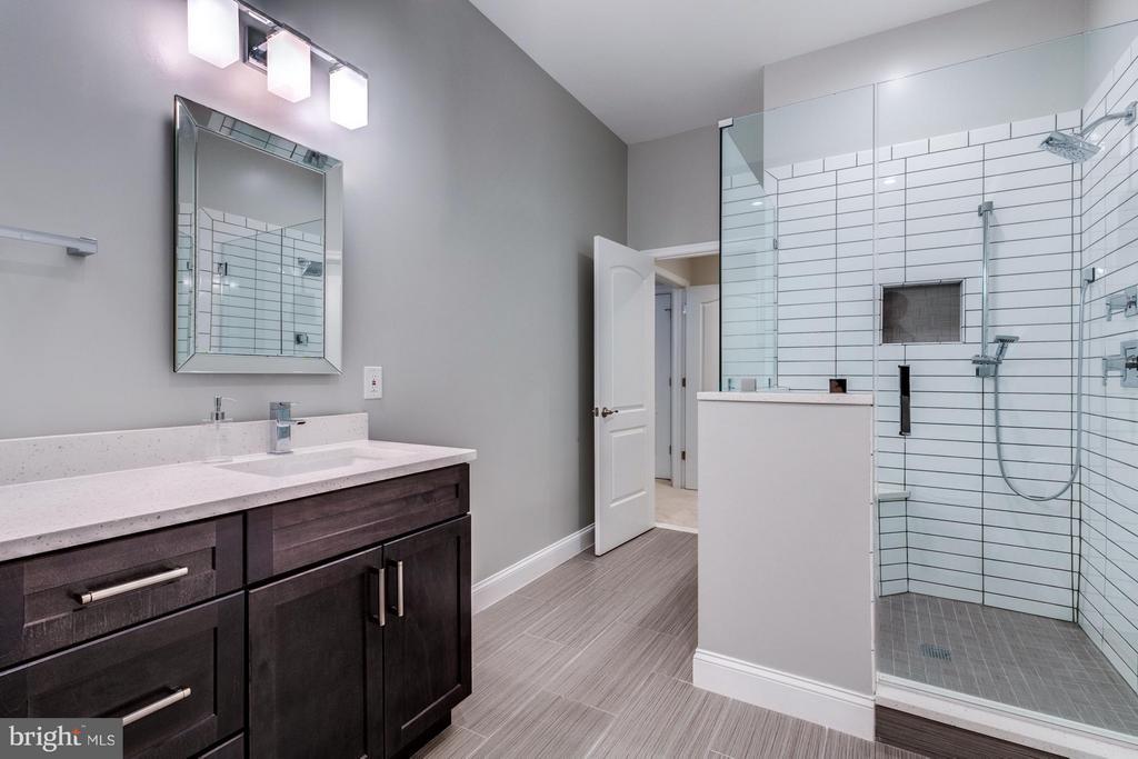 Huge walk in shower with subway tile - 41629 WHITE YARROW CT, ASHBURN