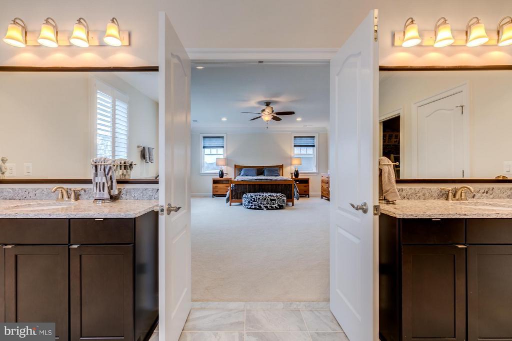 Luxury owner's bath with double vanities - 41629 WHITE YARROW CT, ASHBURN