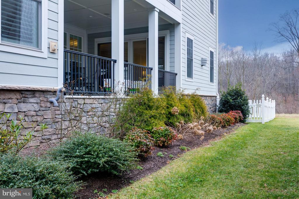 Beautiful side deck for easy entertaining - 41629 WHITE YARROW CT, ASHBURN