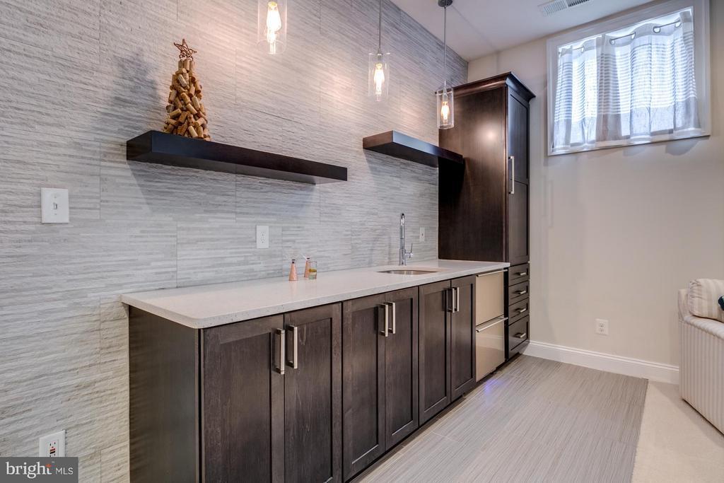 Bar w/designer tile, back splash, icemaker, lights - 41629 WHITE YARROW CT, ASHBURN