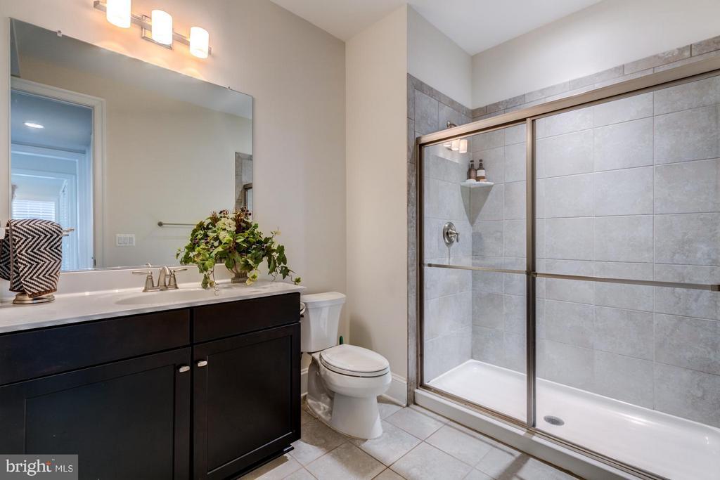 Main level full bath just off bedroom/den - 41629 WHITE YARROW CT, ASHBURN