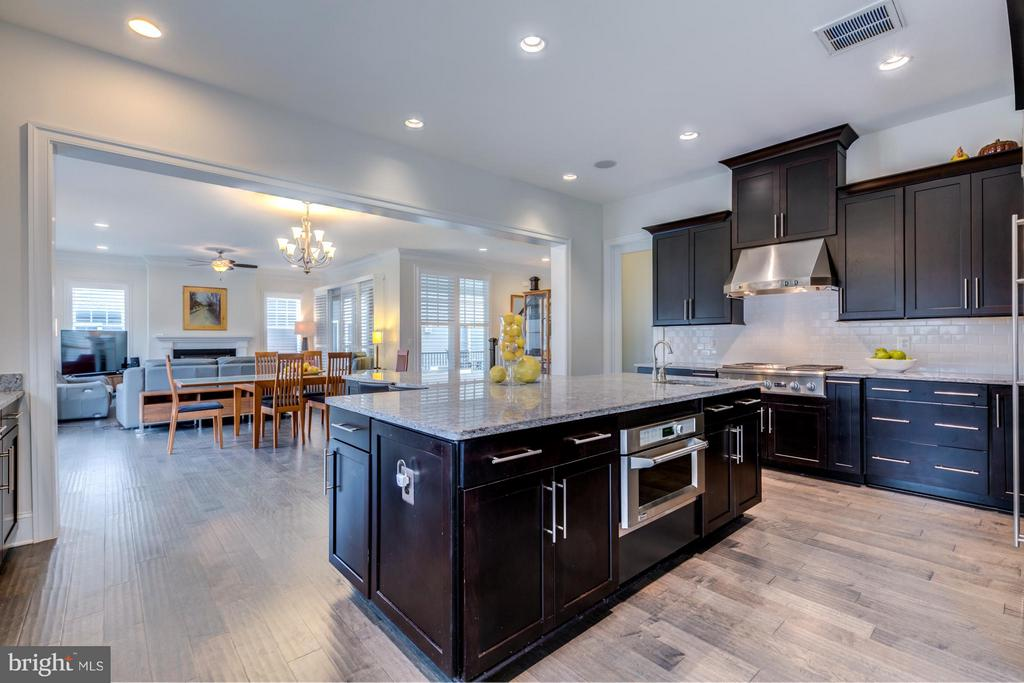 Chef's kitchen with cooktop and range hood - 41629 WHITE YARROW CT, ASHBURN