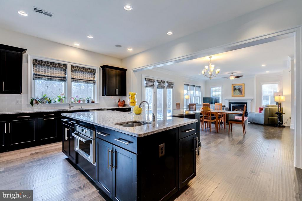 Open, bright and spacious perfect for gathering - 41629 WHITE YARROW CT, ASHBURN
