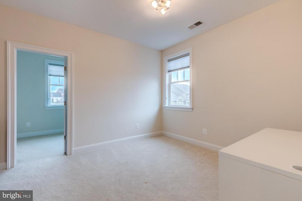 Bedroom 4 with large closet and space for built-in - 41629 WHITE YARROW CT, ASHBURN