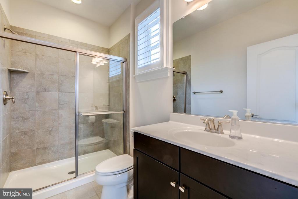 En-suite bath for bedroom 2 - 41629 WHITE YARROW CT, ASHBURN