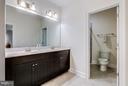 Upper level huge hall bath - 41629 WHITE YARROW CT, ASHBURN