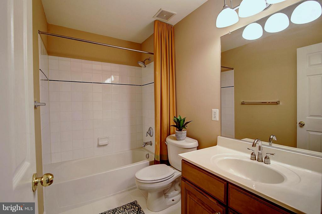 Upper Level Full Bath - 25804 SPRING FARM CIR, CHANTILLY