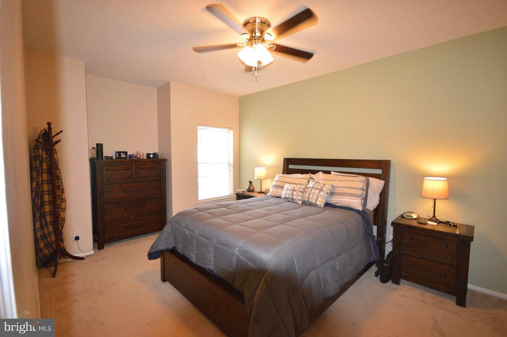 New lighting in this sunny master bedroom. - 14320 CLIMBING ROSE WAY #203, CENTREVILLE