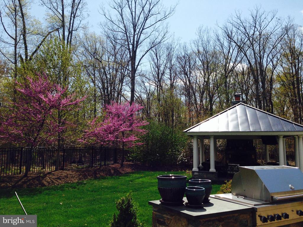 Outdoor room with metal, standing seam roof - 5862 SADDLE DOWNS PL, CENTREVILLE