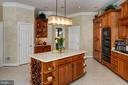 Center island, designer lighting & wine storage - 5862 SADDLE DOWNS PL, CENTREVILLE