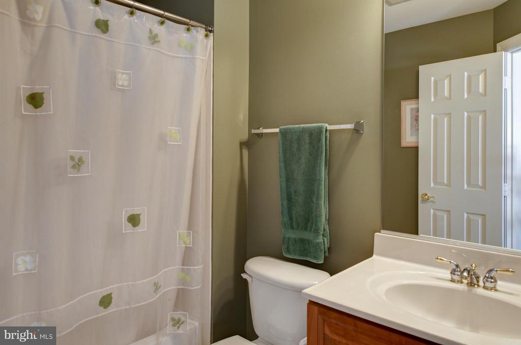 bedroom/study with hardwood floors & ensuite bath. - 5862 SADDLE DOWNS PL, CENTREVILLE