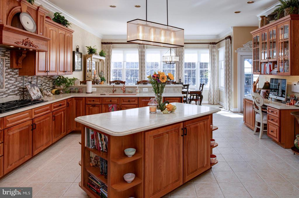 Gourmet Kitchen with quartz counters & island. - 5862 SADDLE DOWNS PL, CENTREVILLE