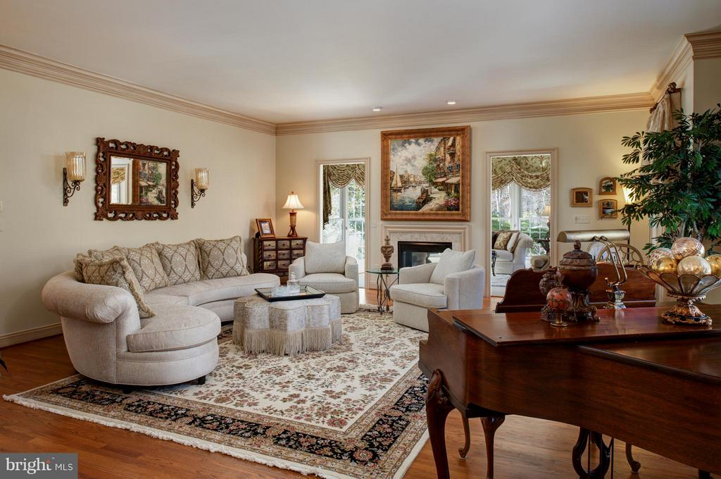 Formal living room with gas fireplace. - 5862 SADDLE DOWNS PL, CENTREVILLE
