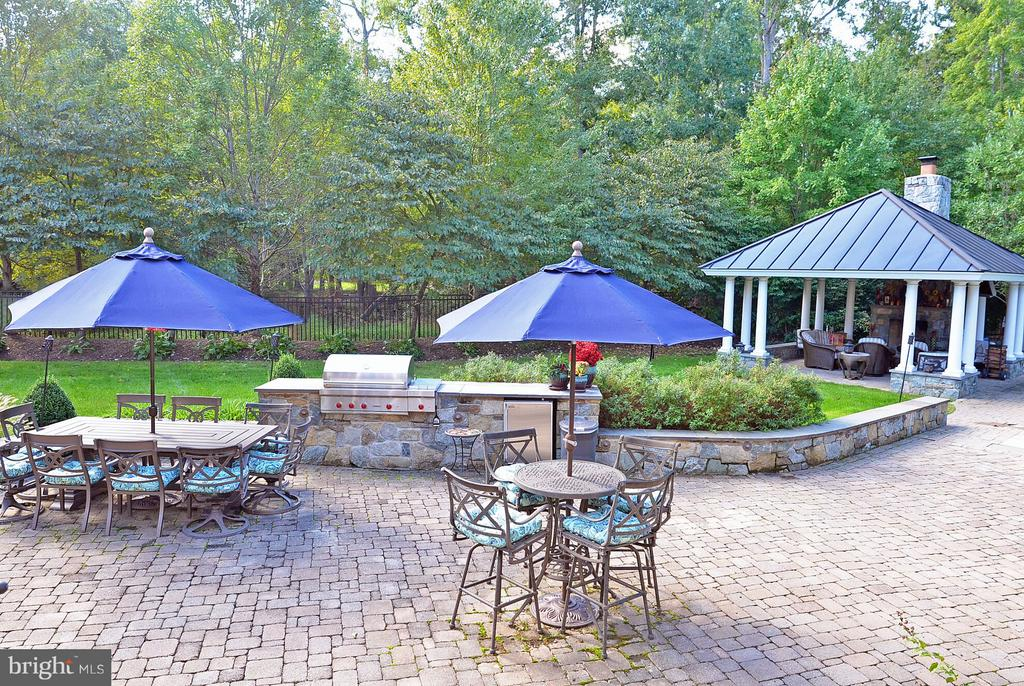 Outdoor kitchen with WOLF grill. - 5862 SADDLE DOWNS PL, CENTREVILLE