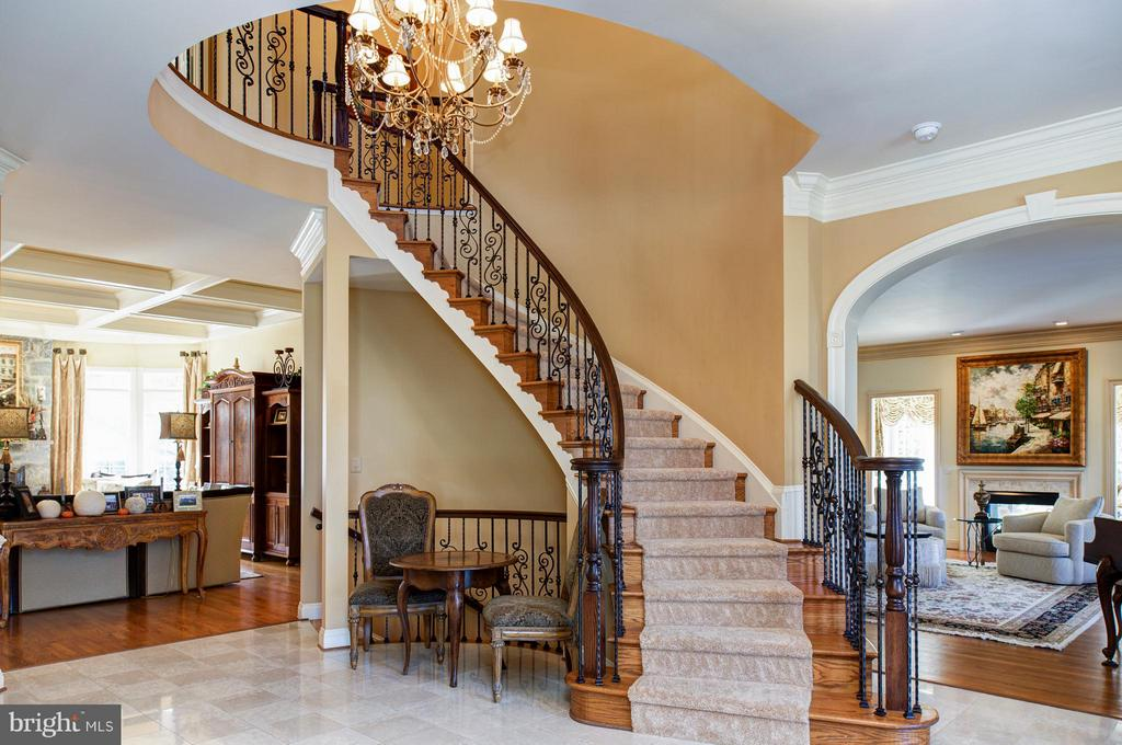 Curved staircase, with wrought iron balusters. - 5862 SADDLE DOWNS PL, CENTREVILLE