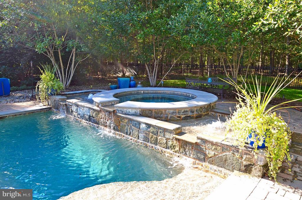 Salt water pool and hot tub w/ water fall feature - 5862 SADDLE DOWNS PL, CENTREVILLE