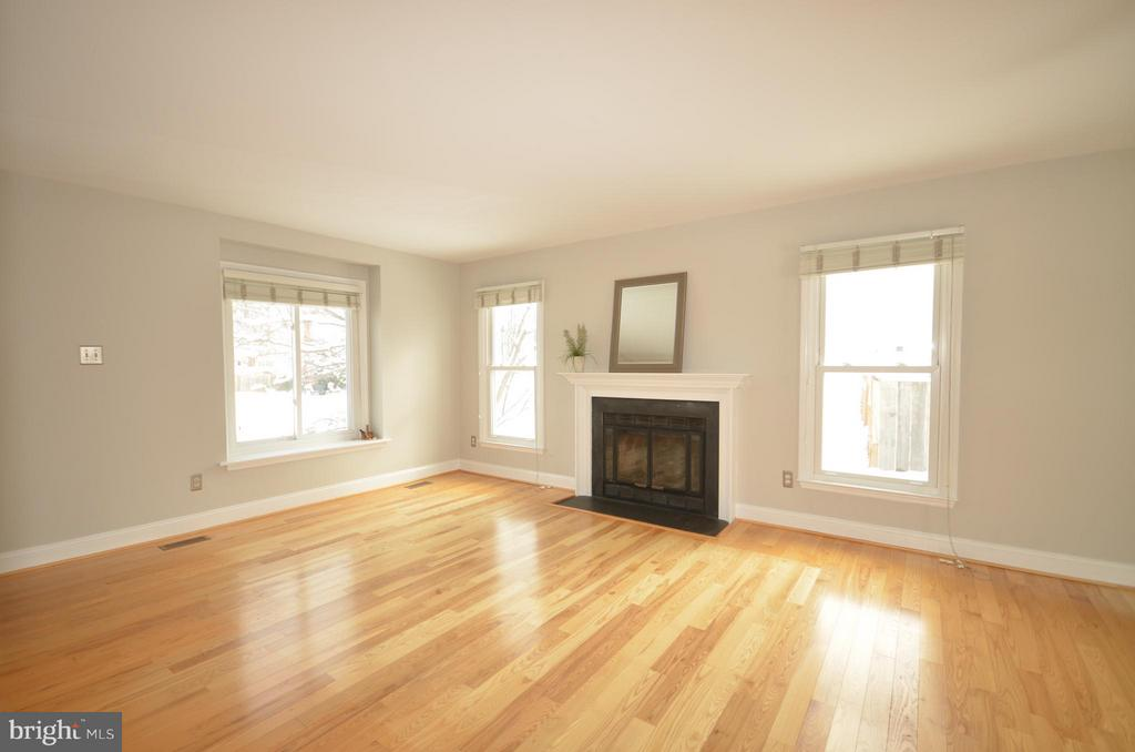Hardwood Living Room with ventless gas fireplace. - 14609 BATAVIA DR, CENTREVILLE