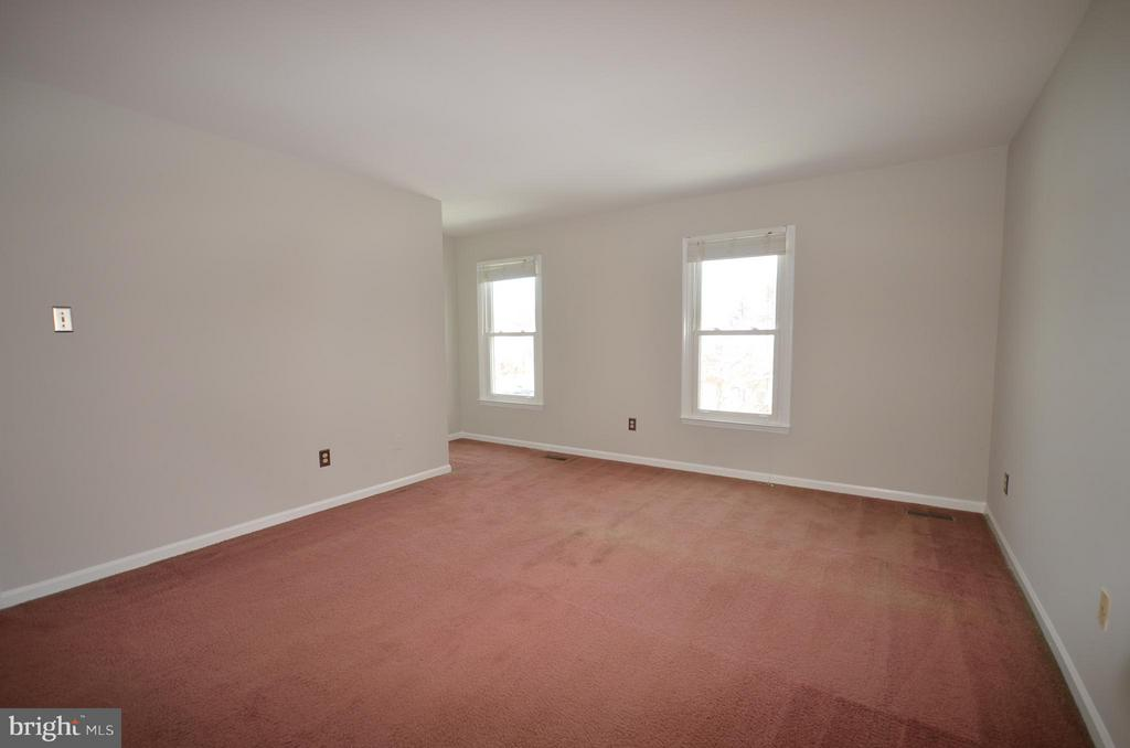 Master Bedroom with separate closet + walk in. - 14609 BATAVIA DR, CENTREVILLE
