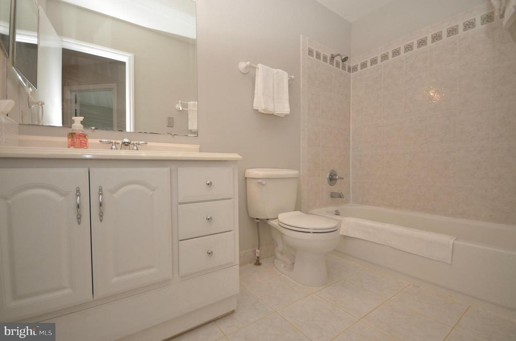 Main bath updated features - 14609 BATAVIA DR, CENTREVILLE