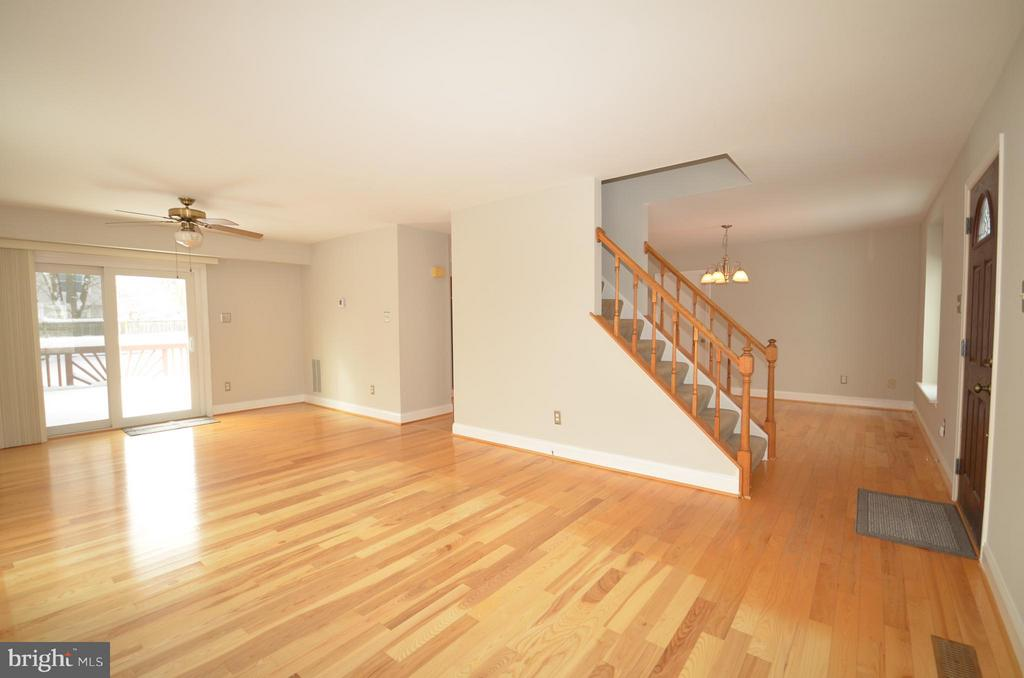 Living room extends to deck overlooking backyard. - 14609 BATAVIA DR, CENTREVILLE