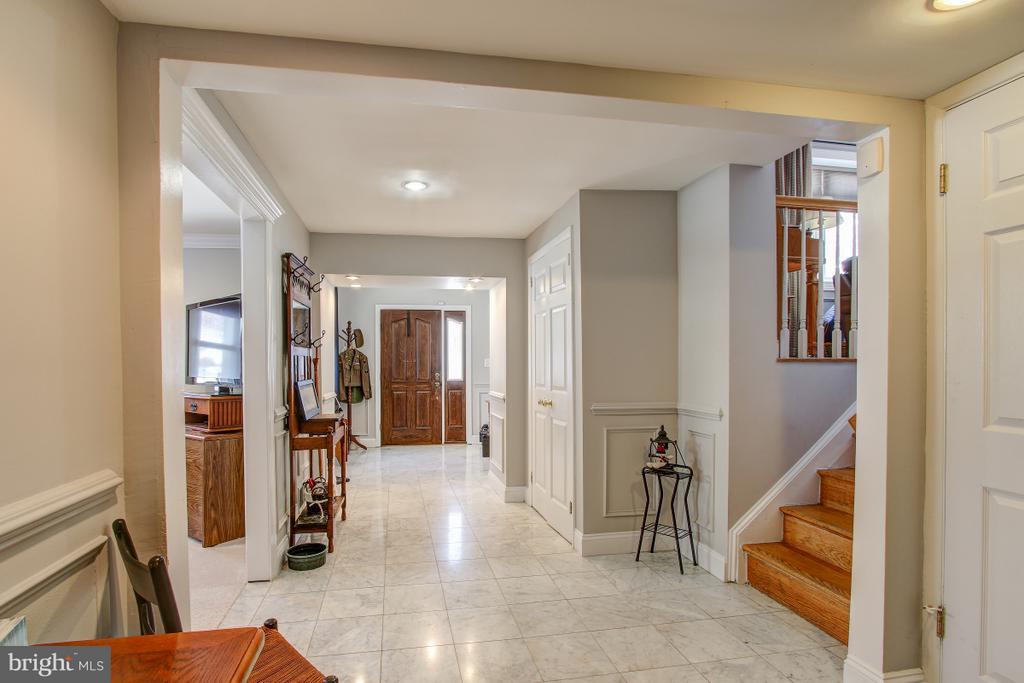 Spacious Entryway w/marble tile flooring - 4616 UPLAND DR, ALEXANDRIA