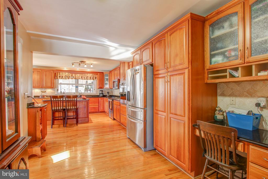Spacious Pantry, desk, hardwoods in Kitchen - 4616 UPLAND DR, ALEXANDRIA